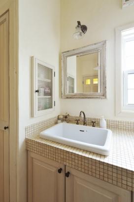 ベージュ色に統一されたレトロな洗面化粧台