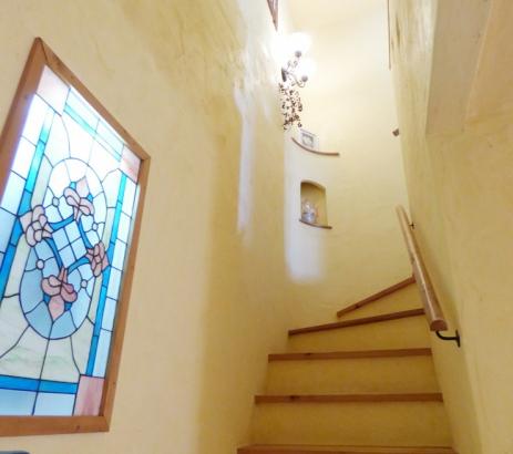 ステンドグラスが美しい階段