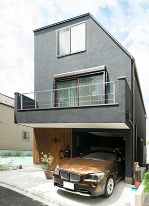 木製玄関ドアが似合う黒のカッコイイ外観
