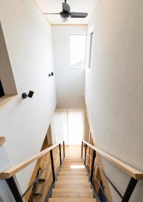 2つの高窓から陽光がはいる吹抜け階段