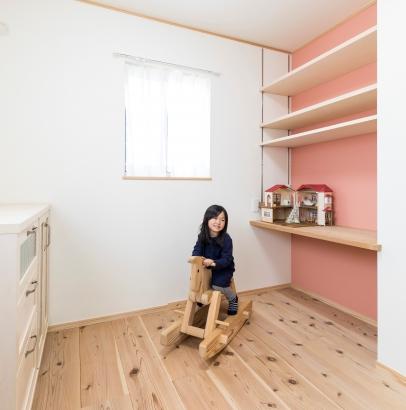 造作カウンターと可動棚の子供部屋