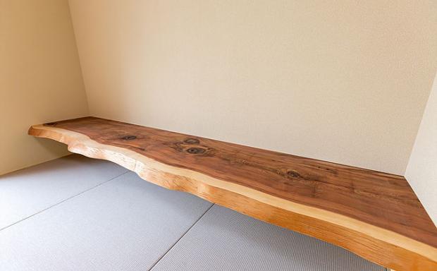 和室に木を使った机、木の良さをふんだんに活かした空間
