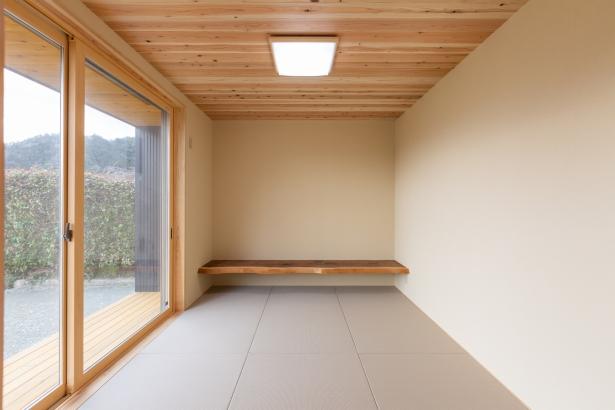 ウッドデッキから大きな窓で繋がる和室。
