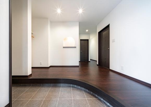 空間に広がりを感じさせるアール框の玄関ホール