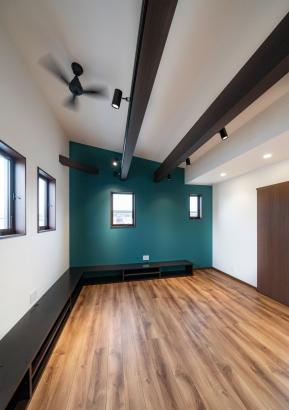 勾配天井に化粧梁が映えるリビング