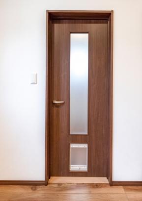 ペットが自由に出入りできるくぐり戸付き室内ドア