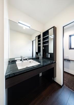 大理石調のラグジュアリーな洗面化粧台