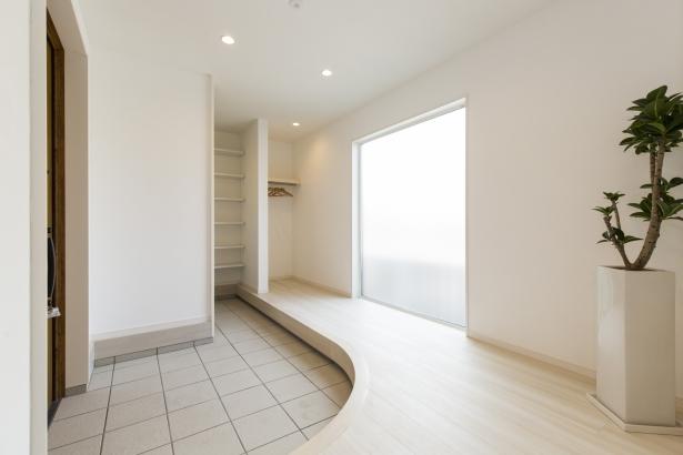 アール框が 空間に広がりと やさしい雰囲気を演出する 玄関ホール