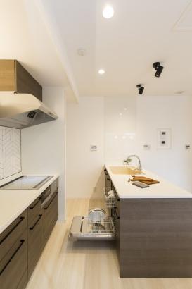 作業スペースゆったりの二列型キッチン