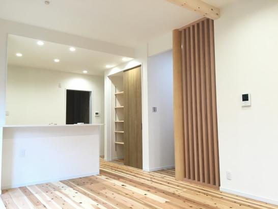 大黒柱と化粧柱に囲まれた家事スペース+パントリ収納