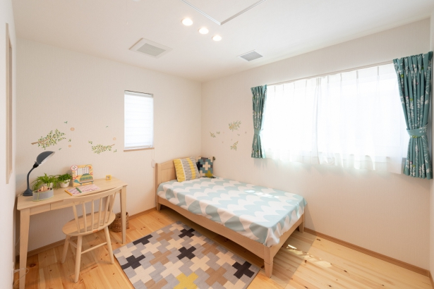 子ども部屋はやさしい無垢材の床
