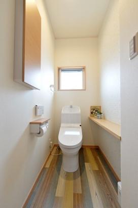 床材とクロスにこだわったトイレ