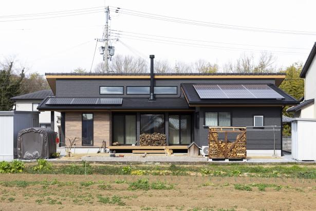 家の中心に薪ストーブのある平屋住宅