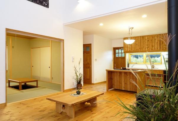 漆喰の壁や天然無垢のフローリングなど全て自然素材を使用したリビング