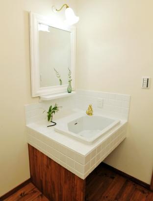 清潔感のあるホワイトのオリジナル洗面台