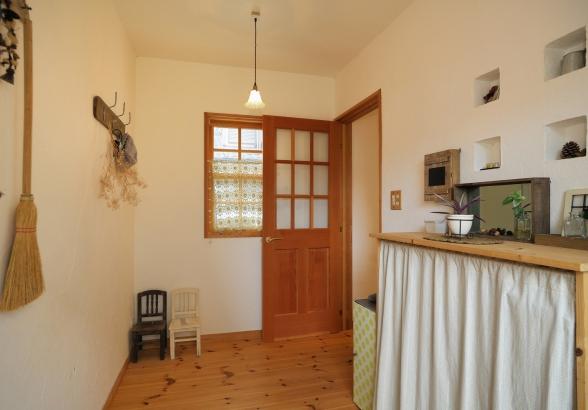 格子窓とニッチがアクセントの玄関ホール