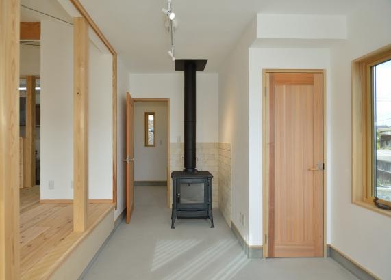 薪ストーブのある暖かい玄関