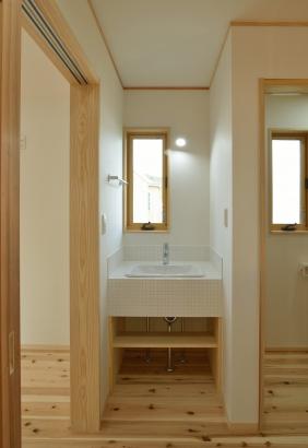 白色のモザイクタイルを使用した、オリジナルの洗面スペース