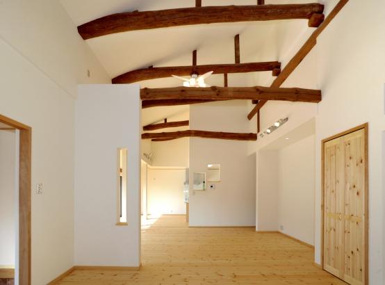 天井の立派な丸太梁をそのまま使用!