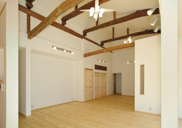 天井の立派な丸太梁はそのまま魅せています。