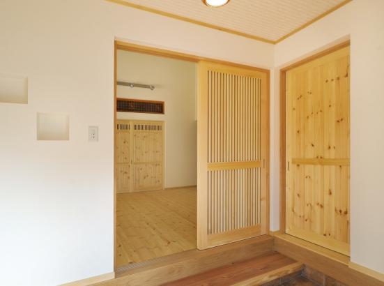 壁には漆喰、床材はパインと自然素材をふんだんと使用しております。