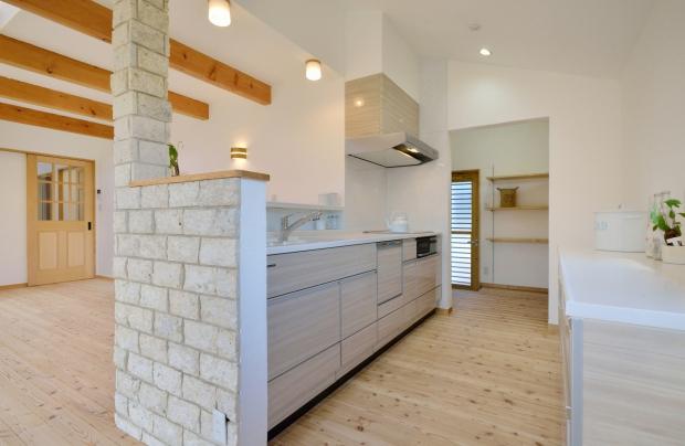 カウンターを少し高めに。使い勝手の良い、開放感のあるキッチン