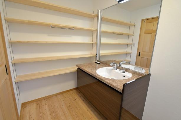 収納たっぷりの造作棚を設置した洗面スペース