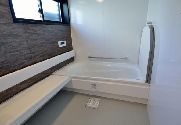 ゆったり広めに作られた浴室