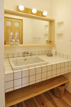 モザイクタイルを使用した、シンプルで清潔感のある洗面台
