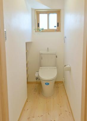 トイレ 木枠の窓 収納棚は可動式