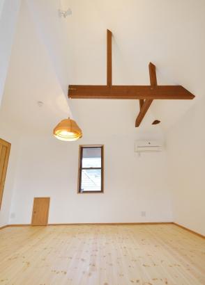洋室 自然素材の家 無添加 漆喰壁 梁 自然塗料 無垢材