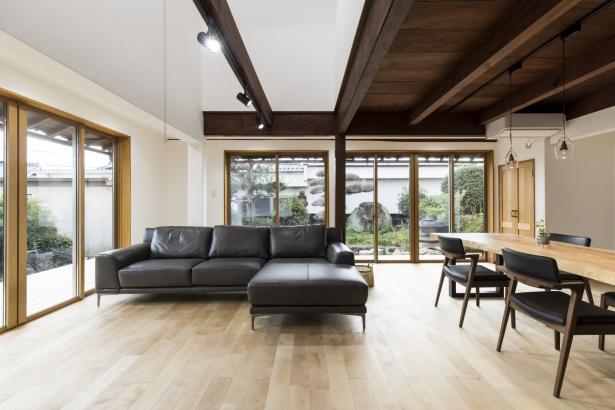 床は柔らかなカバノキの無垢材、壁や天井は漆喰と自然素材に包まれている健康住宅