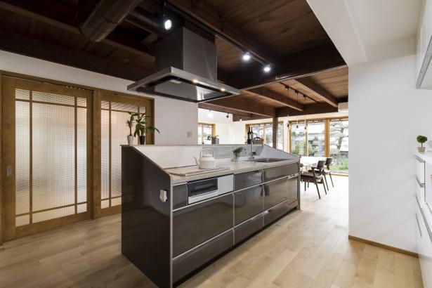 キッチンはアイランドキッチン。少し高めのカウンターを採用することによって目隠しにもなります。