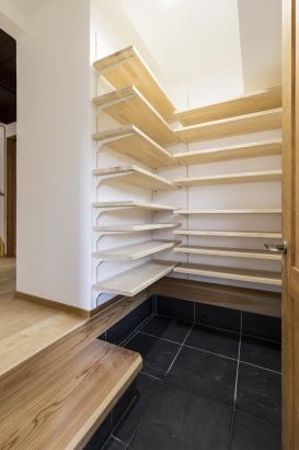 玄関のシューズクロークは大容量の収納へ。可動棚を採用しているため、自由に収納が可能。