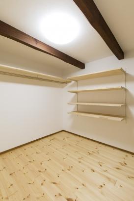 大容量のウォークインクローゼットは可動棚。収納する物によって高さがかえることができます。