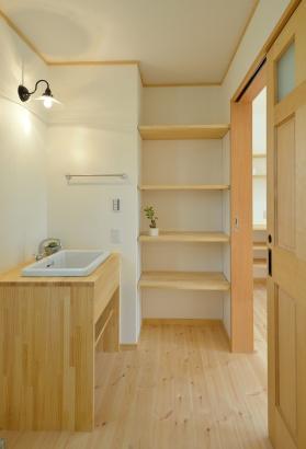 洗面台の収納は大容量の可動棚!収納するものによって高さの変更をすることができます。