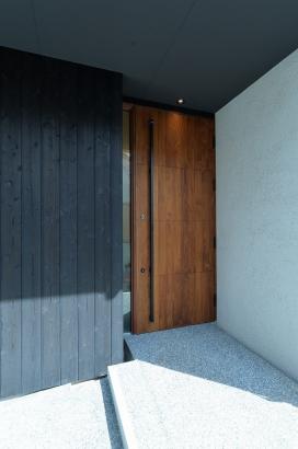 黒いオリジナル玄関戸。