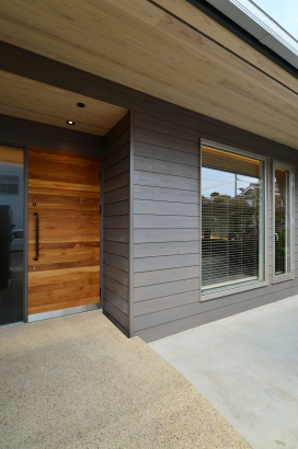 チークのオリジナル玄関ドア。外壁は鎧張りです。