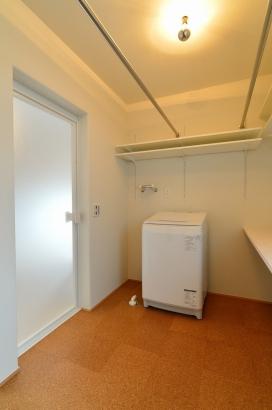 洗濯干しも収納も出来る洗濯室