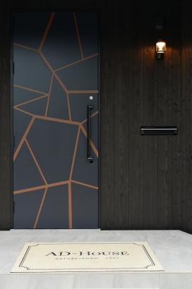 幾何学模様と焼板の玄関