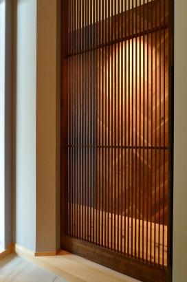 格子扉のある玄関ホール