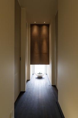 ホールには和紙張りの建具を。