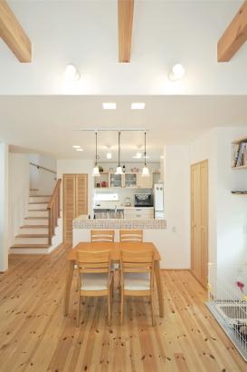 自然素材をふんだんに使った空気のおいしいお家。無垢のパイン材と漆喰が心地よく感じます。