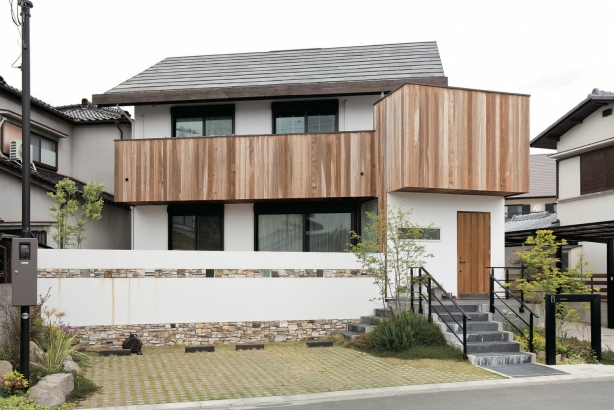 熱伝導の緩やかな石屋根は夏涼しく、冬は建物の温かさを逃さず、約50年はメンテナンスいらずです。