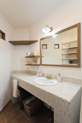 モザイクタイルを採用したオリジナルの洗面台、漆喰と木が良く似合っています。
