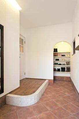 本物の素材感とセンスの良さが光る、ヨーロッパの住まいのような玄関に仕上げました。