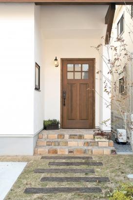 玄関扉はアンティーク調の木製を使用しました。