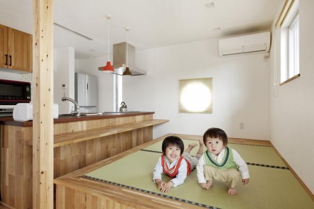 小上がりの畳スペースは、カウンターに向かって腰掛けることもできる