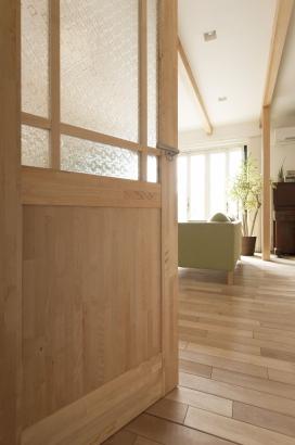 オリジナルで造作したレトロ・ナチュラルな雰囲気のドア