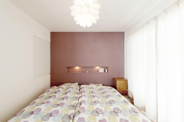 32坪/主寝室 壁の一面をパープルにし、照明入りのニッチを設けて、シンプルな中に個性が光る寝室。